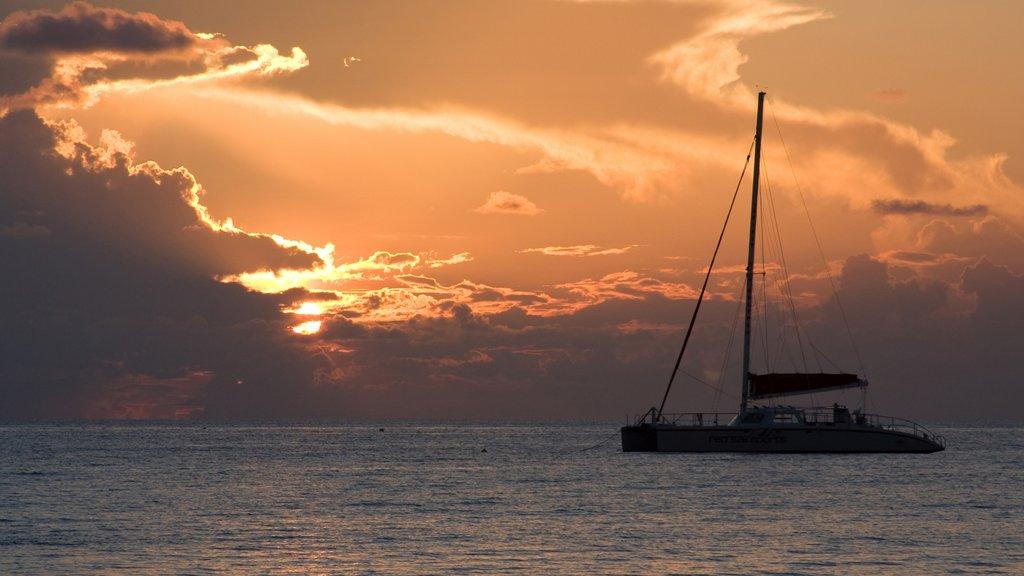 Islas Caimán mostrando navegación, paseos en lancha y una puesta de sol