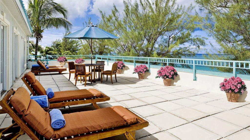 Islas Caimán mostrando un hotel o resort de lujo y escenas tropicales