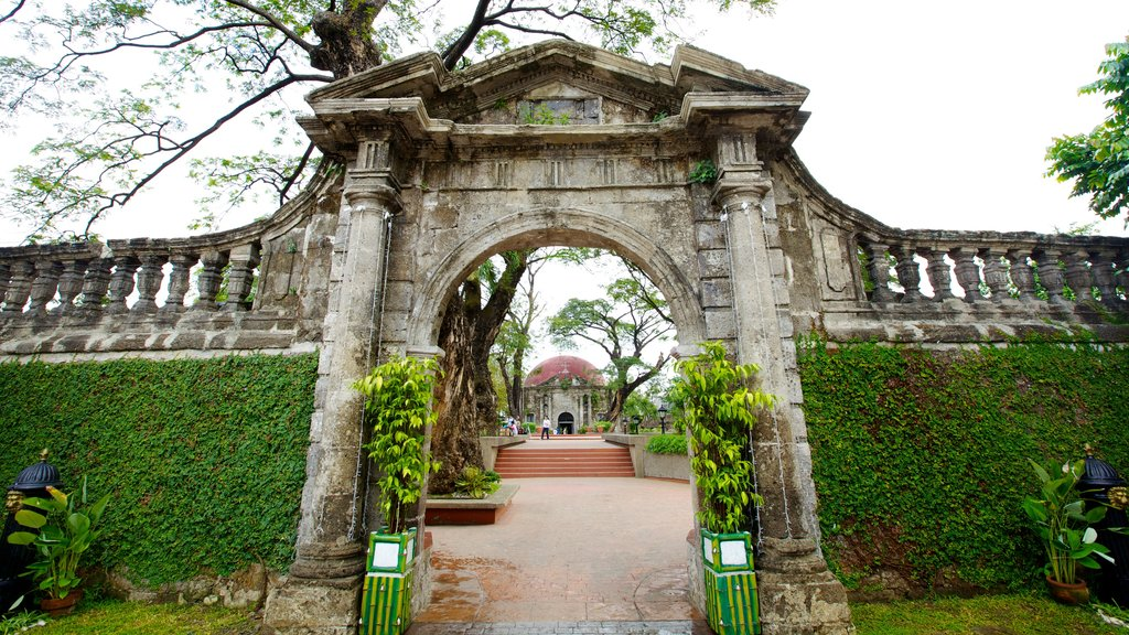 Paco Park showing heritage architecture and a garden