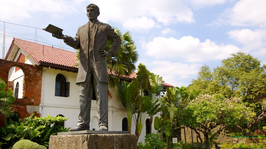Fuerte Santiago mostrando un parque, un monumento y una estatua o escultura