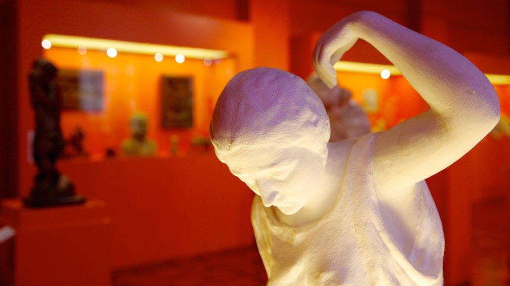 Museo nacional del pueblo filipino que incluye una estatua o escultura, arte y vistas interiores