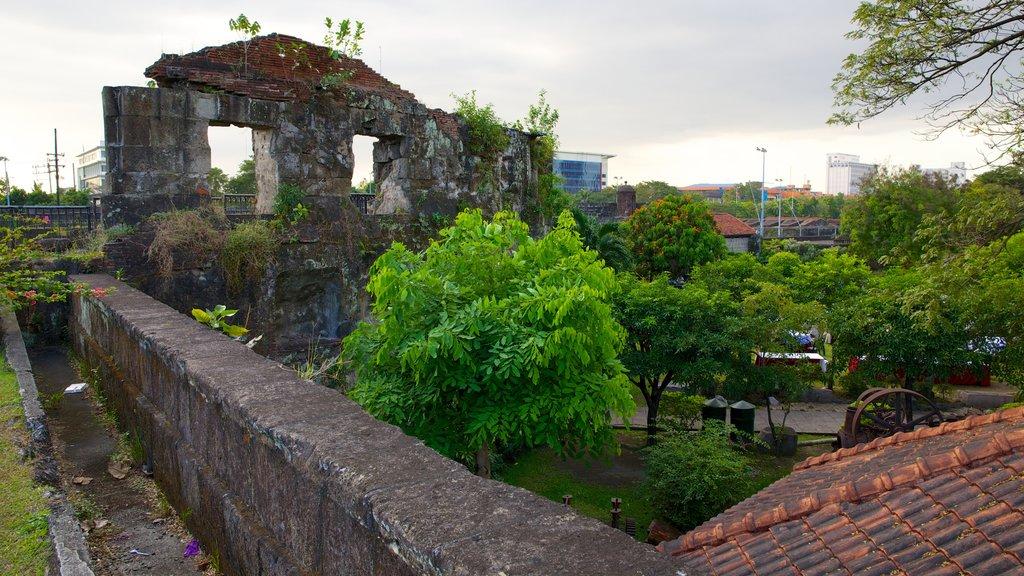 Baluarte de San Diego featuring a city, heritage architecture and a ruin