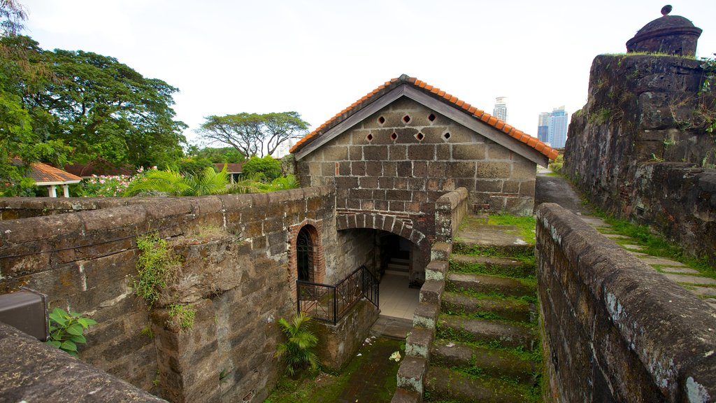 Baluarte de San Diego which includes heritage architecture, heritage elements and a castle