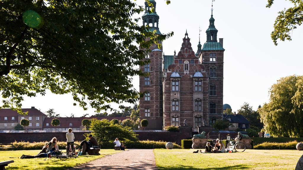 Rosenborg Castle showing a castle, heritage elements and a city