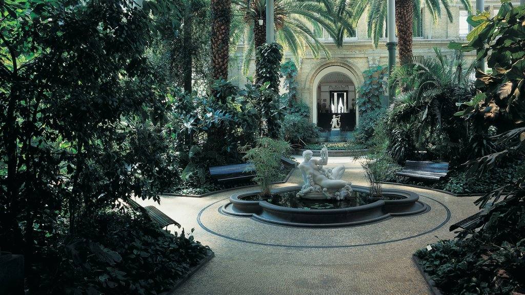 Ny Carlsberg Glyptotek which includes a park, a fountain and outdoor art