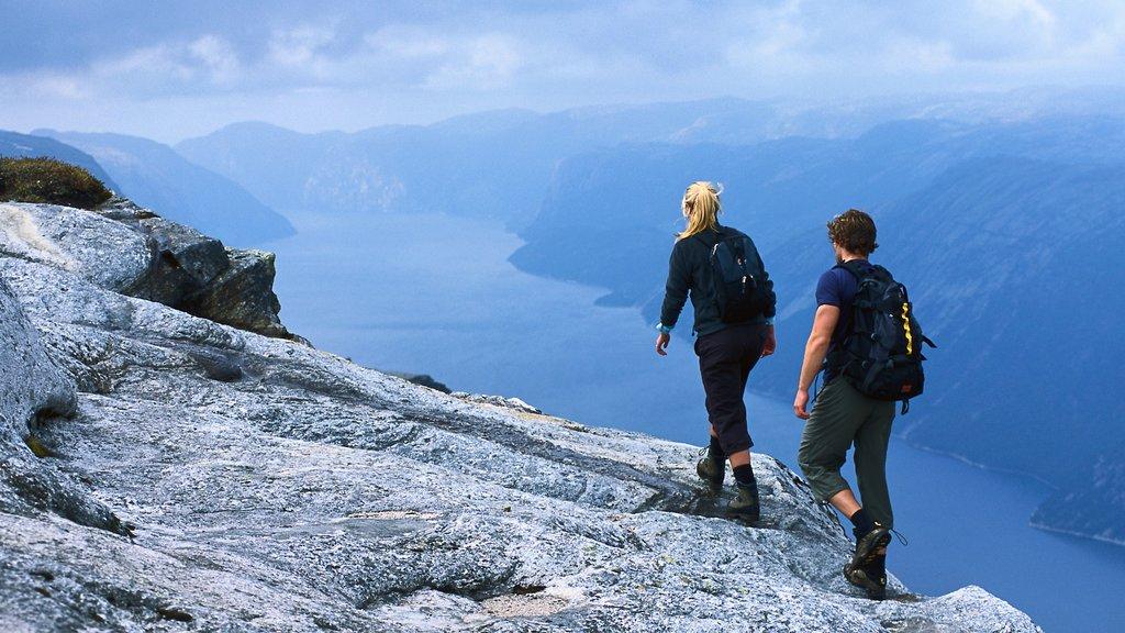 Kjerag mostrando senderismo o caminata, montañas y vistas de paisajes