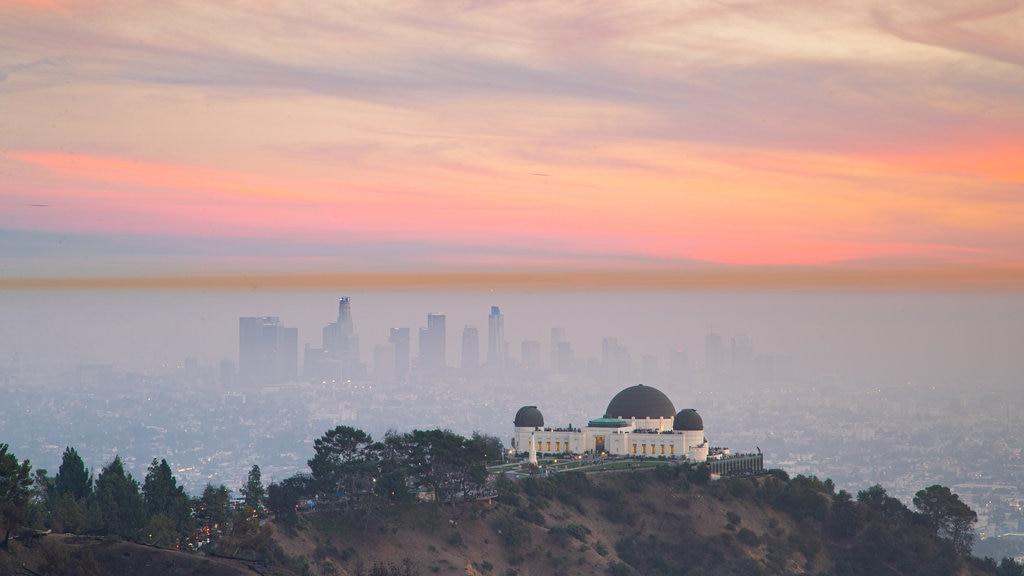 Observatorio Griffith ofreciendo neblina o niebla, una ciudad y vistas de paisajes