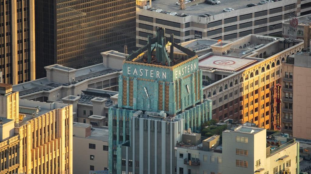 OUE Skyspace LA showing a hotel, signage and landscape views