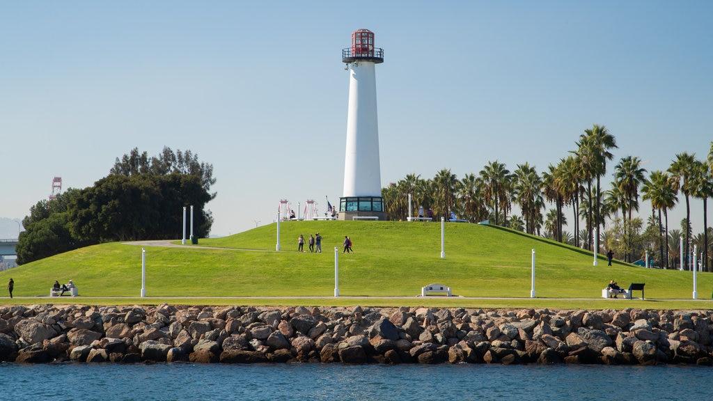 Long Beach mostrando un faro y un parque