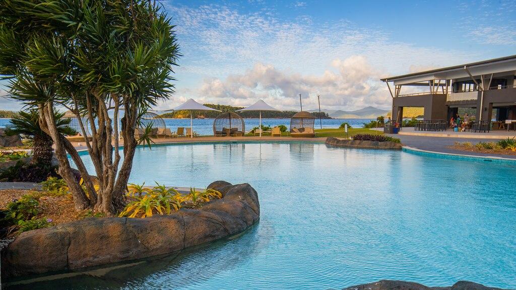 Daydream Island showing a pool