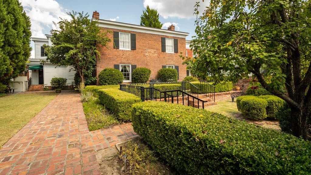 Cannonball House mostrando un jardín y una casa
