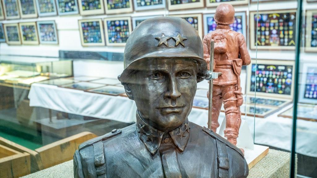 Museo militar Currahee mostrando elementos del patrimonio, una estatua o escultura y vistas interiores
