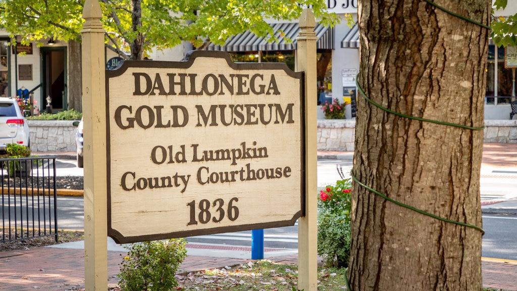 Dahlonega showing signage
