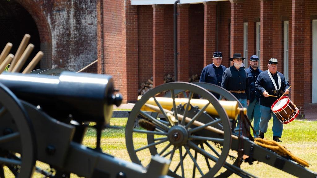 Fort Pulaski National Monument ofreciendo elementos del patrimonio y artículos militares y también un pequeño grupo de personas