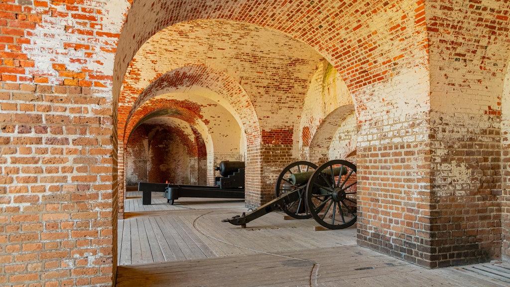 Fort Pulaski National Monument mostrando elementos del patrimonio, vistas interiores y artículos militares