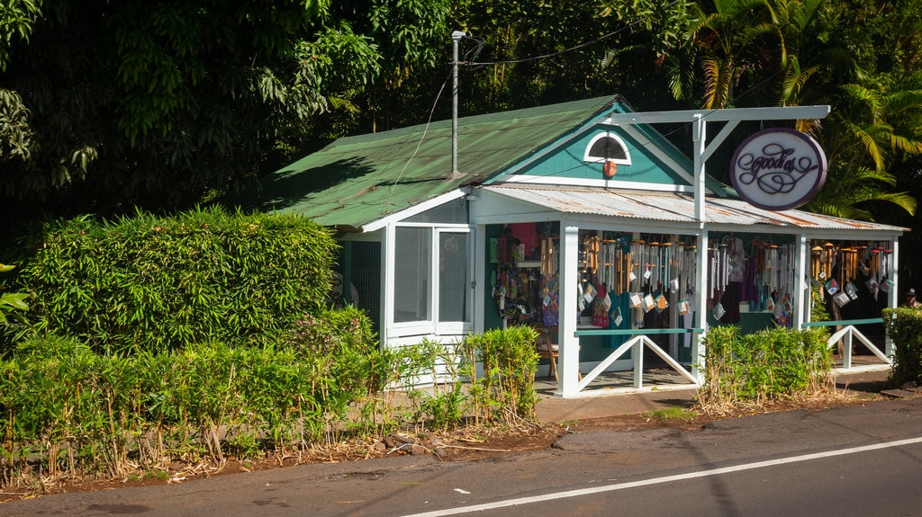 Makawao showing signage and a small town or village