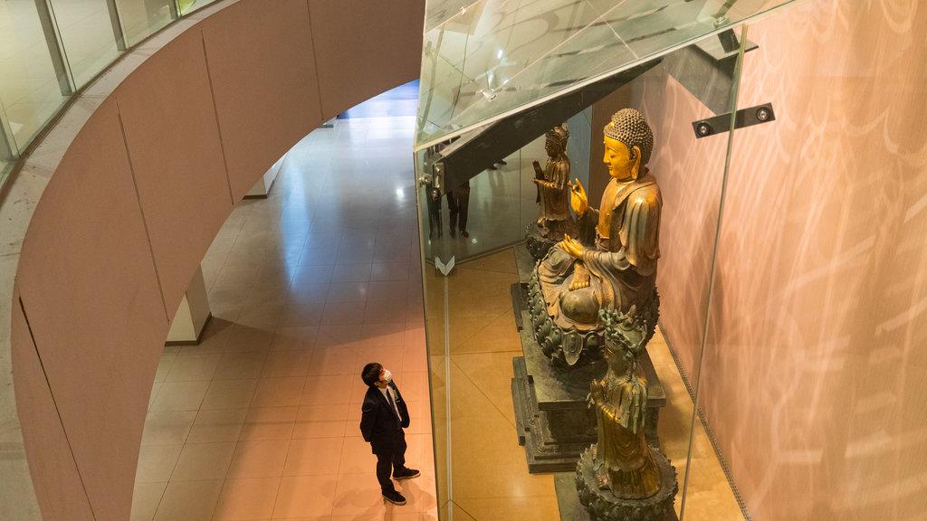 Museo del Palacio Nacional ofreciendo elementos del patrimonio, una estatua o escultura y vistas interiores