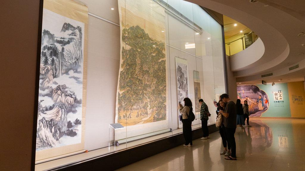 Museo del Palacio Nacional que incluye elementos del patrimonio y vistas interiores y también una pareja