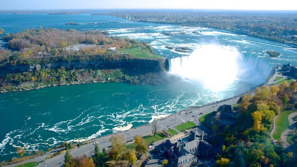 Cataratas Horseshoe que incluye un río o arroyo, una catarata y vistas de paisajes