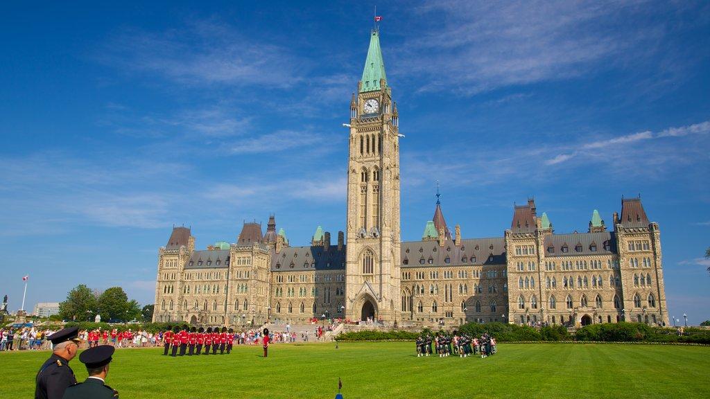 Parliament Hill mostrando artículos militares, patrimonio de arquitectura y arte escénica