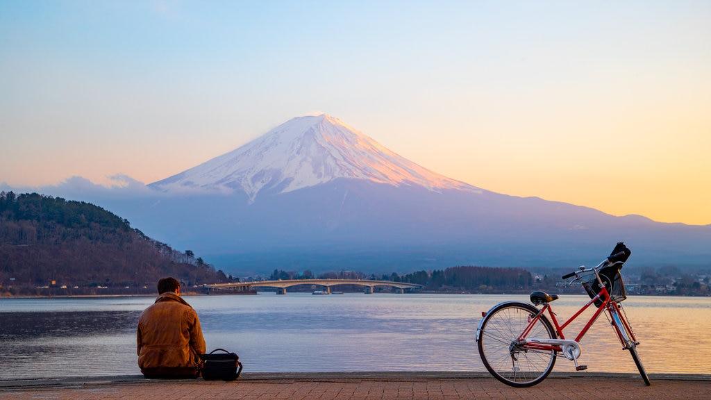 Monte Fuji ofreciendo un lago o abrevadero, una puesta de sol y montañas