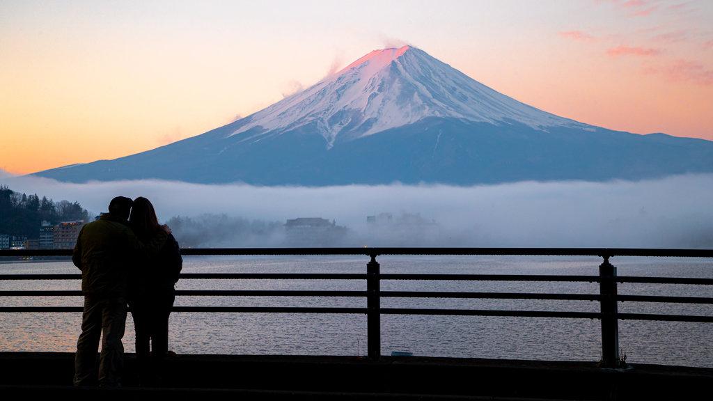 Monte Fuji que incluye montañas, nieve y neblina o niebla