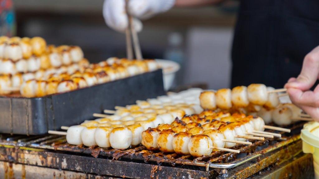 Fujikawaguchiko which includes markets and food