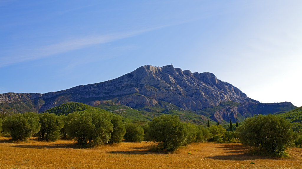 Aix-en-Provence which includes desert views, mountains and a sunset