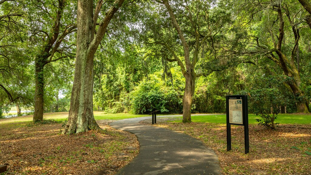 Charles Towne Landing ofreciendo hojas de otoño, señalización y un jardín