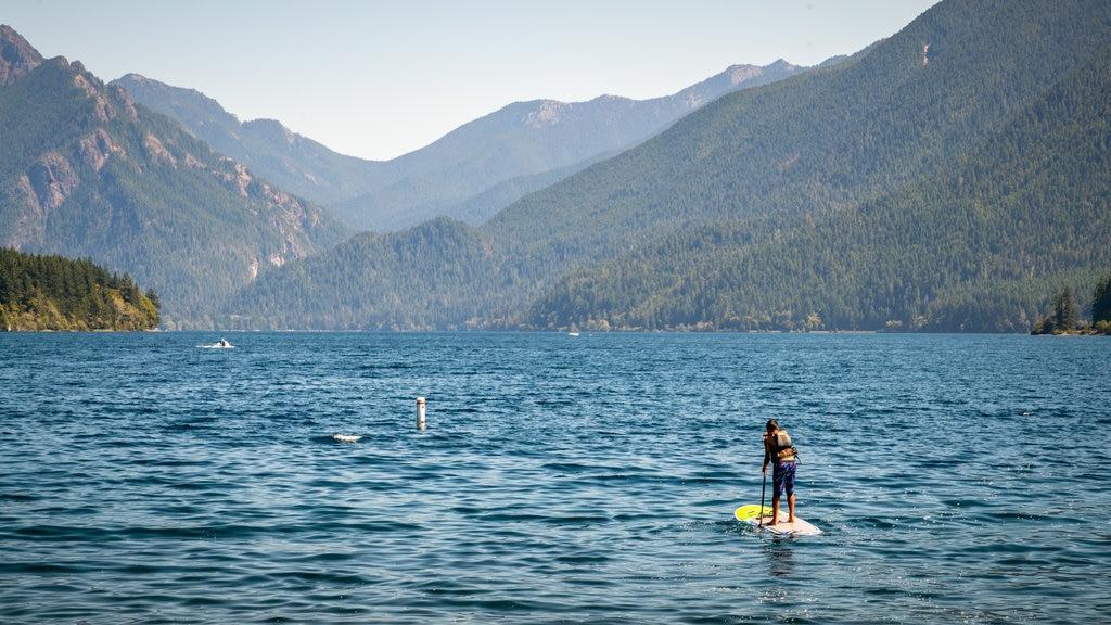 Crescent Beach mostrando kayak o canoa y un lago o abrevadero y también un hombre