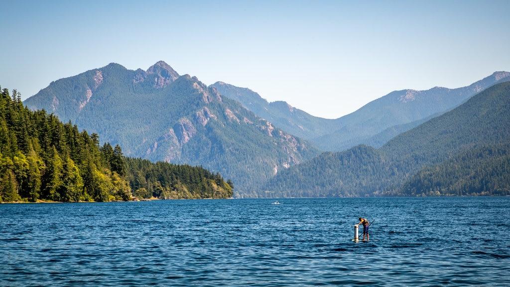 Crescent Beach mostrando un lago o abrevadero y kayak o canoa y también un hombre