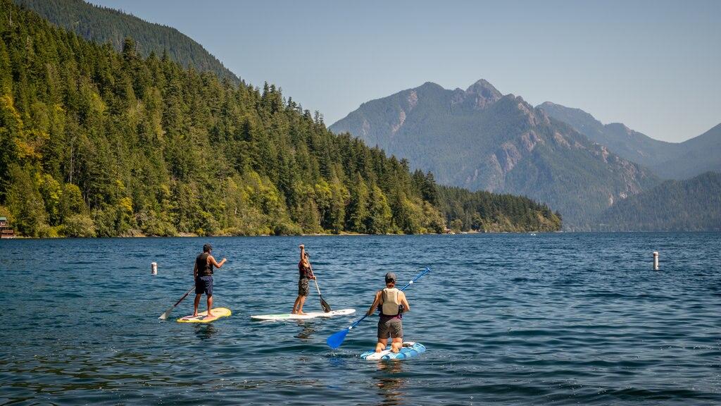 Crescent Beach que incluye un lago o abrevadero y kayak o canoa y también un pequeño grupo de personas