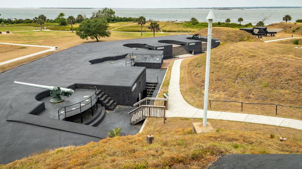 Fuerte Moultrie mostrando artículos militares y elementos del patrimonio