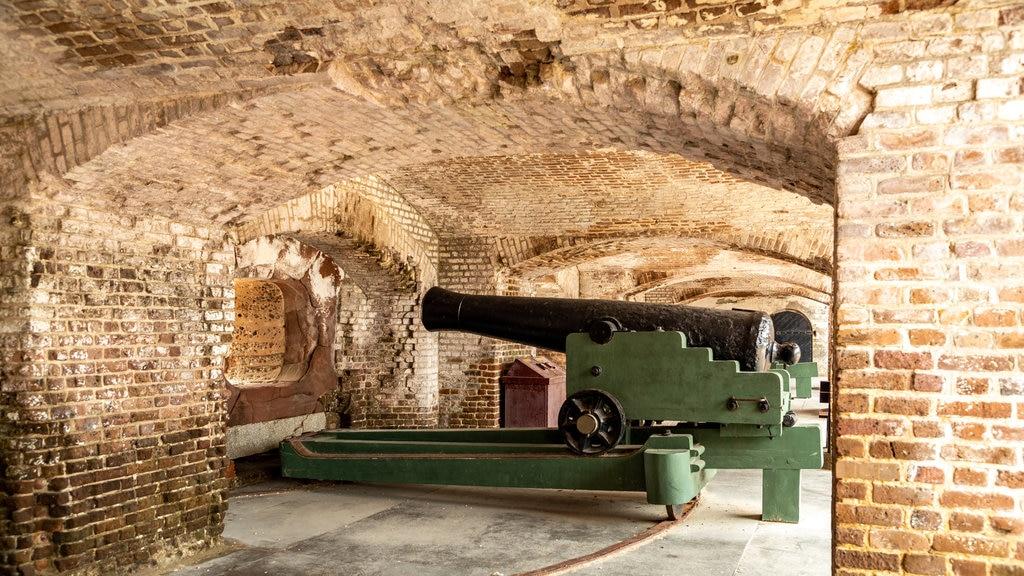 Fuerte Sumter que incluye artículos militares, elementos del patrimonio y vistas interiores
