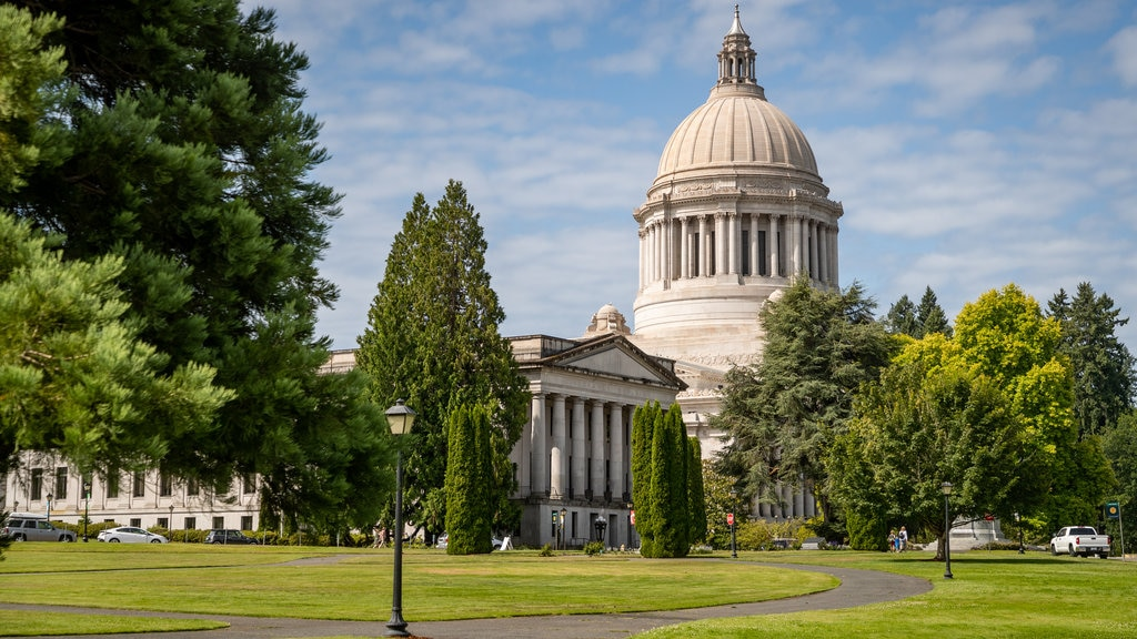 Washington State Capitol showing heritage architecture, a park and an administrative buidling