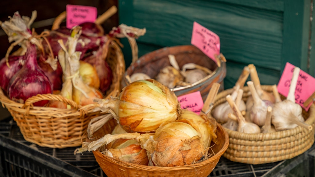 Sequim which includes food and markets
