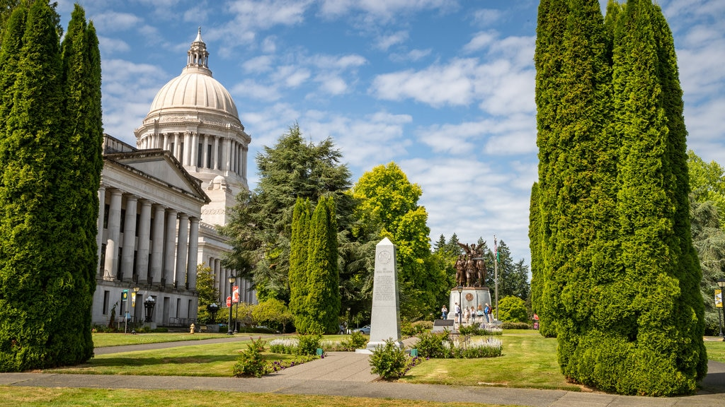 Washington State Capitol showing a park, heritage architecture and an administrative buidling