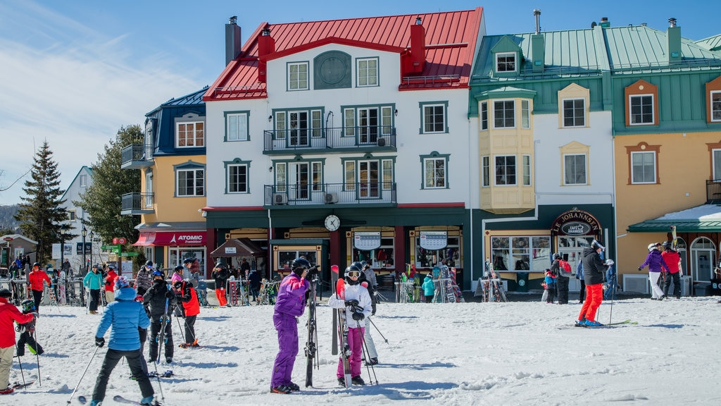 Mont-Tremblant Pedestrian Village which includes snow and snow skiing