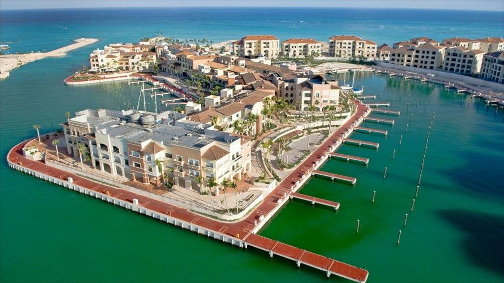 Punta Cana som visar en kuststad, en marina och en hamn eller havsbukt