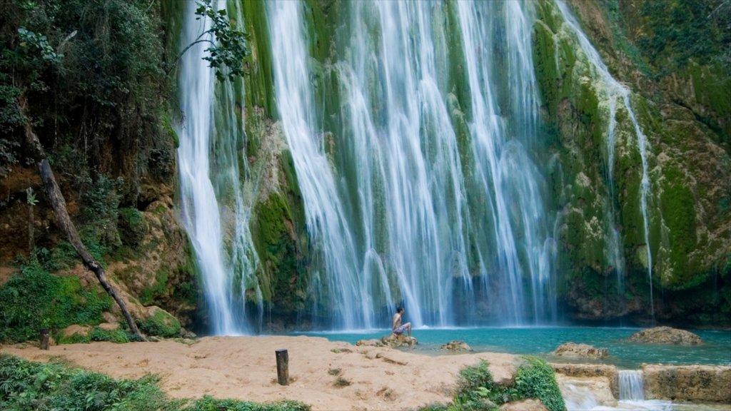 Los Haitises nationalpark presenterar ett vattenfall