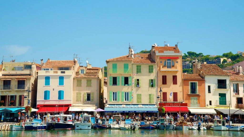 Cassis mostrando una ciudad, patrimonio de arquitectura y una bahía o puerto