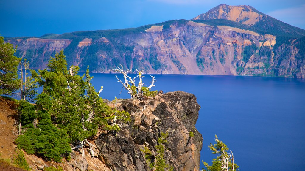 Crater Lake National Park which includes a lake or waterhole, landscape views and mountains