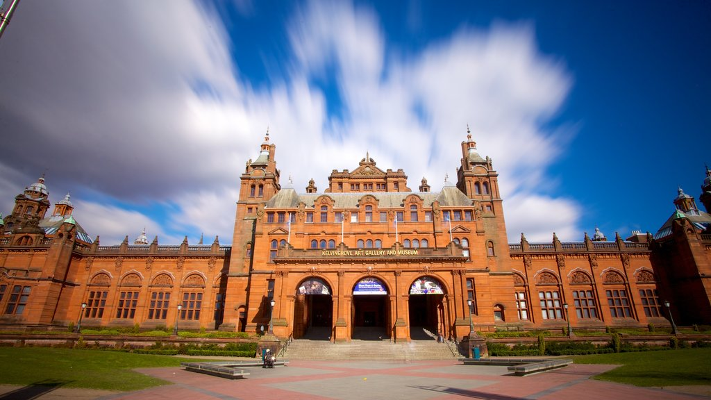 Kelvingrove Art Gallery and Museum showing a square or plaza