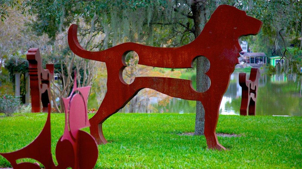 Loch Haven Park mostrando arte al aire libre, un estanque y un jardín