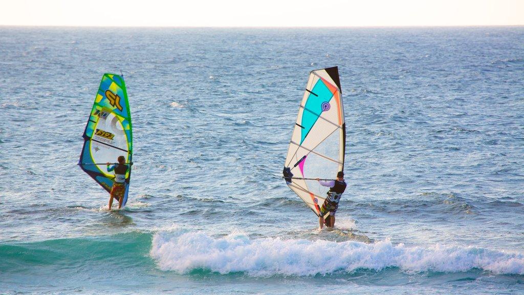 Parque de la playa Hookipa mostrando windsurf y olas