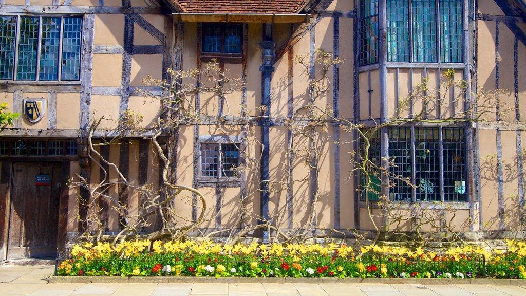 Stratford-upon-Avon que incluye flores y una casa