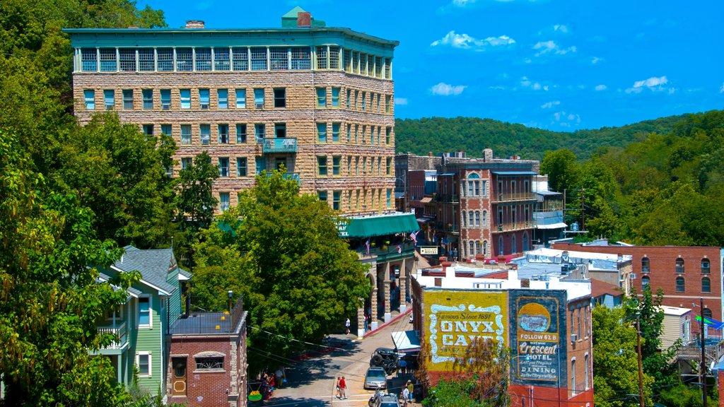 Eureka Springs que incluye una ciudad y patrimonio de arquitectura