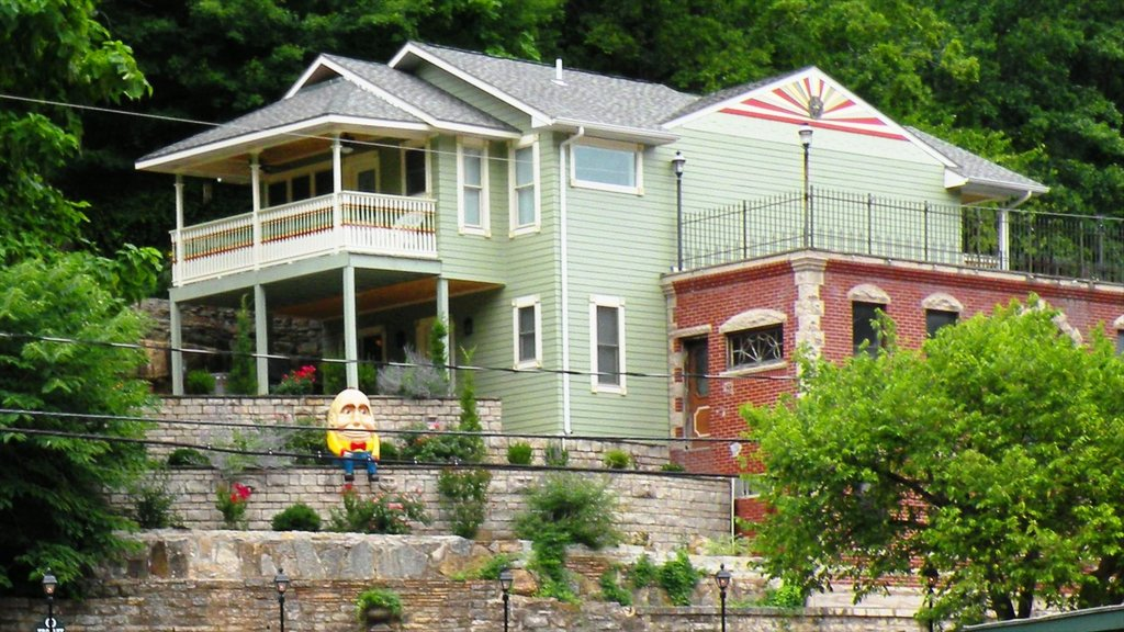 Eureka Springs which includes a house