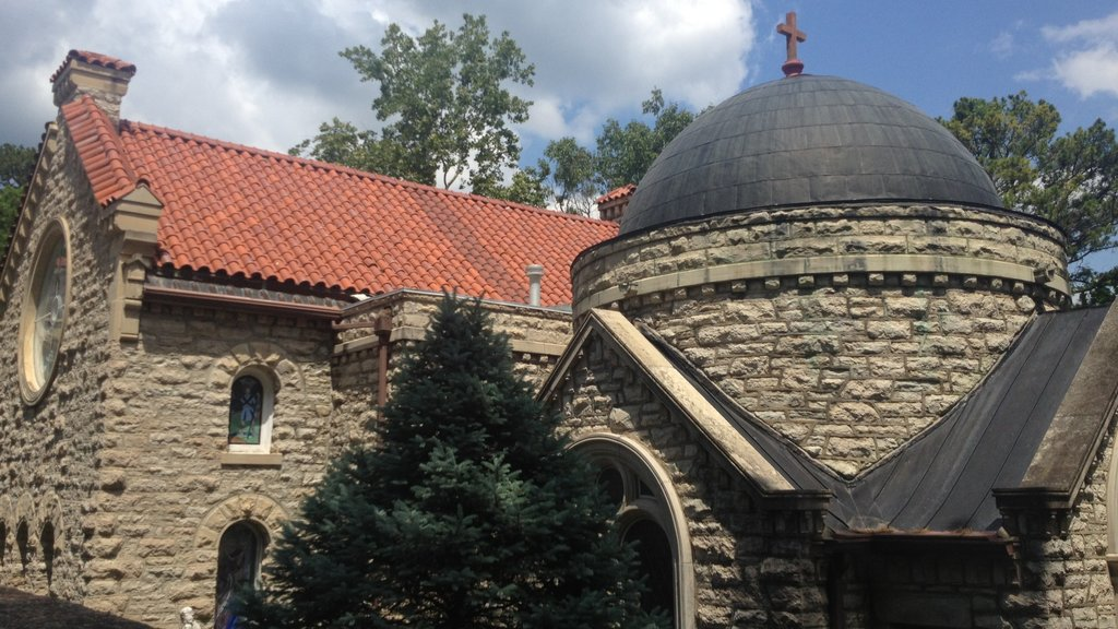 Eureka Springs which includes a church or cathedral and heritage architecture