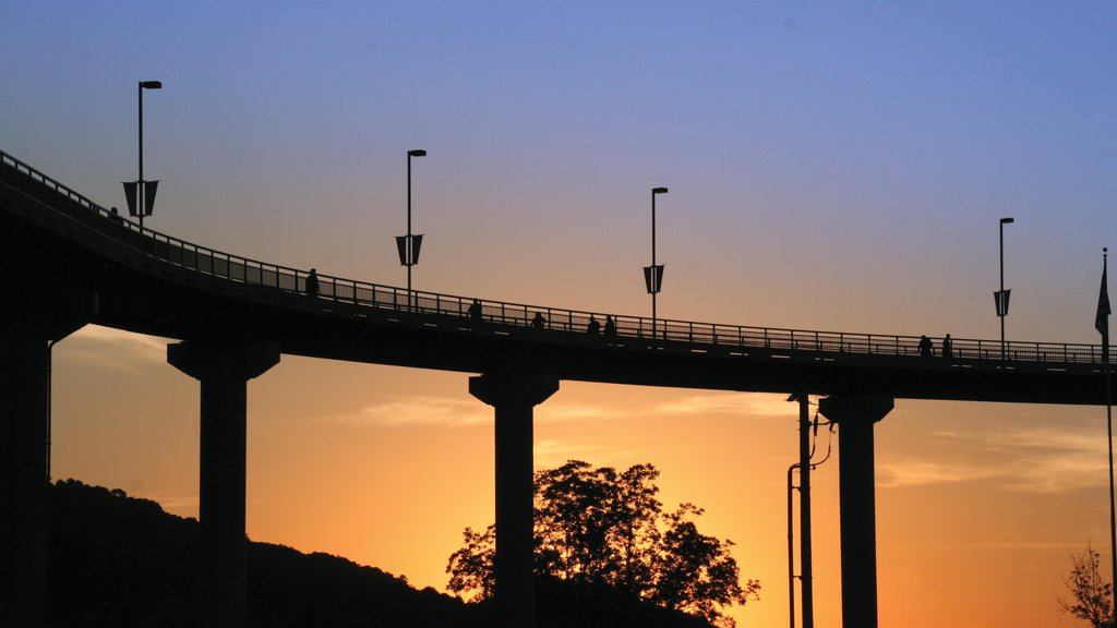 Little Rock mostrando una puesta de sol y un puente